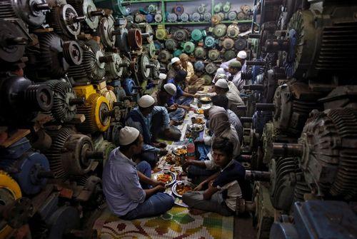 سفره افطار کارگران مسلمان هندی روزه دار – دهلی