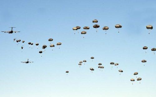 پرش با چتر نیروهای آمریکایی در جریان یک رزمایش مشترک ناتو در لهستان