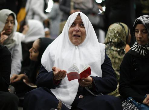 گریه زن عراقی تبار ساکن لوییزویل ایالت کنتاکی برای محمد علی بوکسور آمریکایی در مراسم ترحیم او