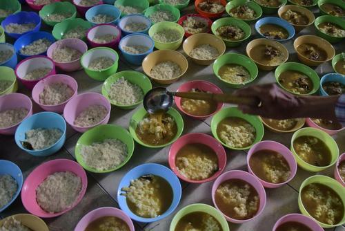 آماده مردن غذای افطاری برای روزه داران در مسجدی در شهر سمارانگ در ایالت جاوه اندونزی