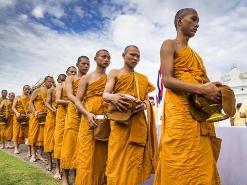 مراسم آیینی با حضور صدها راهب در مقابل کاخ پادشاهی تایلند در شهر بانکوک به مناسبت هفتادمین سالگرد به تخت نشستن پادشاه