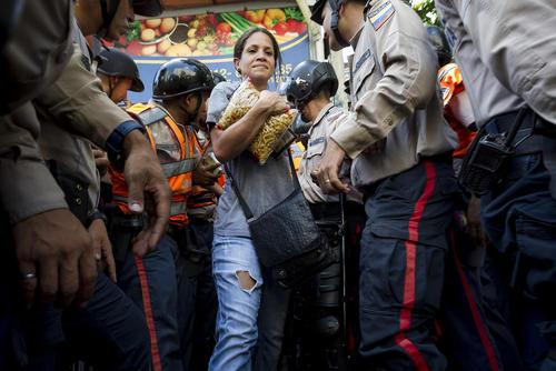 هجوم مردم و استقرار پلیس در مقابل فروشگاه های عرضه مواد غذایی در شهر کاراکاس ونزوئلا