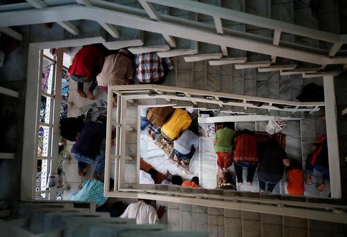 اردحام نمازگزاران روزه دار در نخستین نماز جمعه ماه رمضان در محوطه راهرو مسجدی در جاکارتا