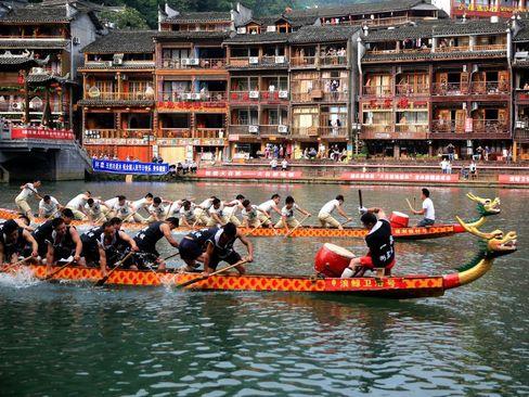 مسابقات قایقرانی در شهر فنگویانگ در استان هونان چین