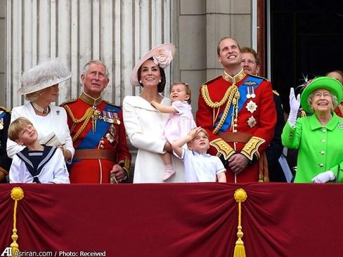 اعضای خانواده سلطنتی برای دیدن نمایش هوایی به بالکن کاخ باکینگهام آمده اند. پرنس جورج 3 ساله و پرنسس شارلوت 13 ماهه نتیجه های ملکه انگلیس هم در این مراسم به همراه والدینشان حضور دارند.