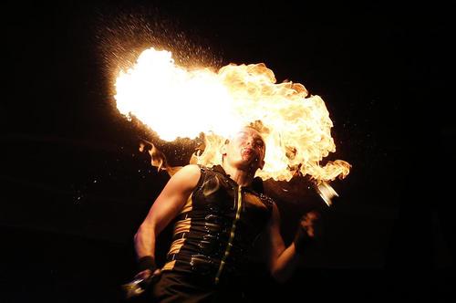 اجرای برنامه در جشنواره آتش در شهر کی یف اوکراین
