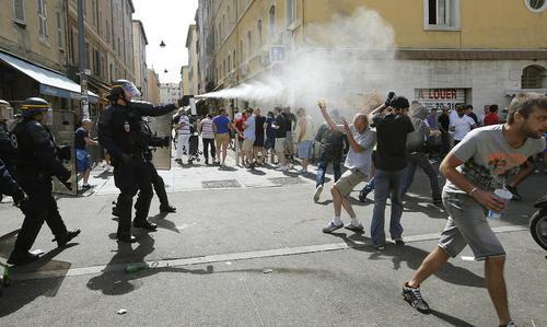 پاشیدن اسپری از سوی نیروهای پلیس شهر مارسی فرانسه برای متفرق کردن طرفداران دو تیم فوتبال انگلیس و روسیه که پیش از بازی دو تیم در شهر درگیر شده بودند