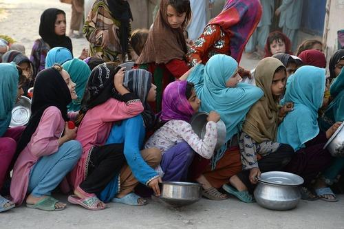 صف مقابل مرکز توزیع غذای خیریه در شهر جلال آباد افغانستان