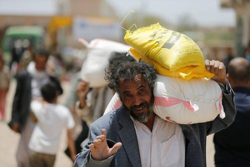 توزیع آرد و شکر و برنج از سوی یک خیریه در شهر صنعا در یمن