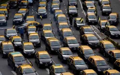 اعتصاب رانندگان تاکسی در شهر بوینوس آیرس آرژانتین علیه فعالیت اپلیکیشن موبایلی مسافریاب