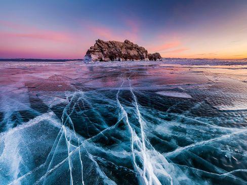 آب شدن یخ های اطراف جزیره النکا در رود بایکال روسیه