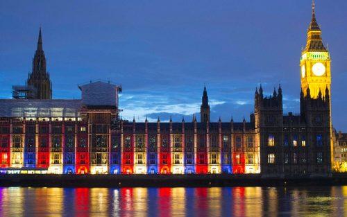 کاخ وست مینستر لندن به مناسبت مراسم رسمی تولد 90 سالگی ملکه بریتانیا به رنگ های سفید، قرمز و آبی با نور تزیین شده است