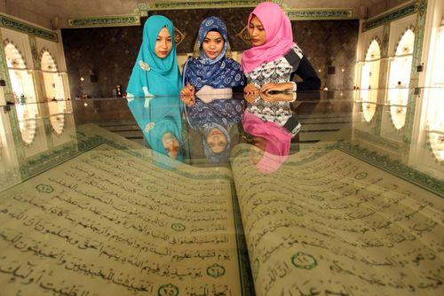 نسخه بزرگی از قرآن در موزه مسجدی در ماکاسار اندونزی