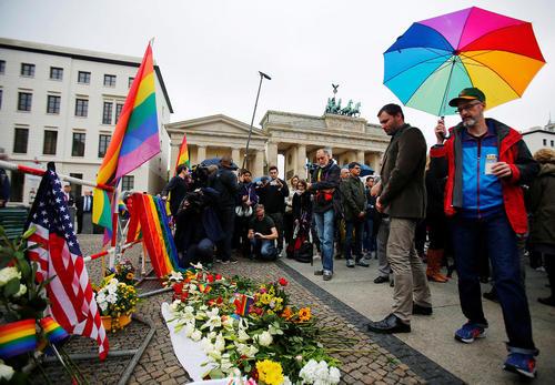 گرامی داشت قربانیان تیراندازی اورلاندو در مقابل سفارت آمریکا در برلین