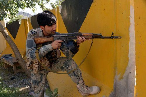 سرباز مرزی افغانستان پس از درگیری شبانه نیروهای مرزبانی افغان و پاکستانی در مرز با پاکستان