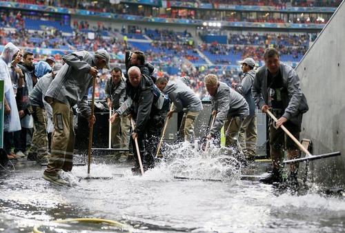 معضل بارش باران پیش از برگزاری بازی فوتبال دو تیم ایتالیا و بلژیک در استادیوم شهر لیون فرانسه