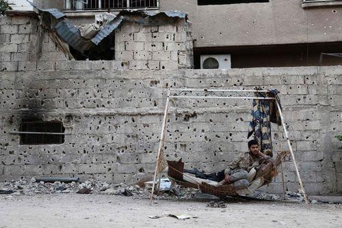 یک نیروی شورشی مخالف حکومت سوریه در منطقه ای در حومه شهر دمشق