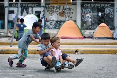 بازی کودکان پناهجو در کمپ پناهجویان در آتن یونان