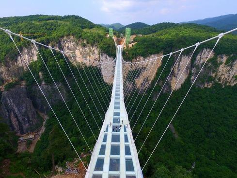 بزرگ ترین و مرتفع ترین پل شیشه ای جهان – چین