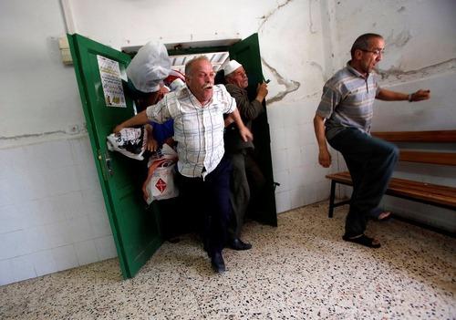 باز شدن در مرکز توزیع غذای خیریه برای افطار – فلسطین