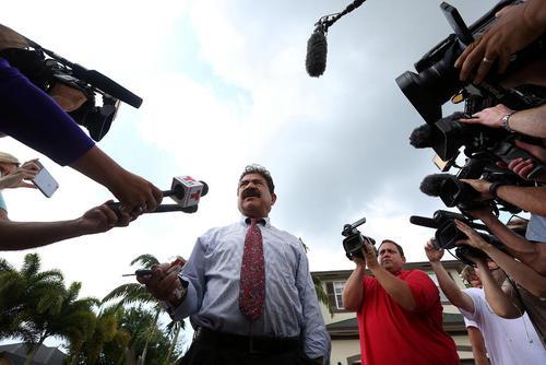 صدیق متین پدر عمر متین مهاجم اورلاندو در حال گفت و گو با خبرنگاران در مقابل خانه اش – سنت لوییز فلوریدا