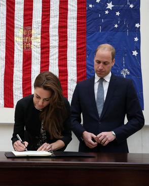 پرنس ویلیام نوه ملکه بریتانیا و همسرش کاترین میدلتون با حضور در سفارت آمریکا در لندن دفتر یادبود قربانیان حادثه تیراندازی در اورلاندو را امضا کردند