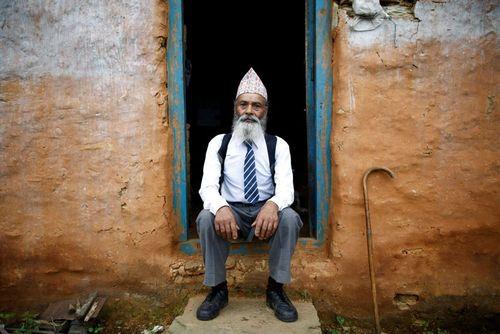 مرد 68 ساله نپالی در یونیفرم مدرسه. این مرد در کلاس دهم (دوم دبیرستان) تحصیل می کند