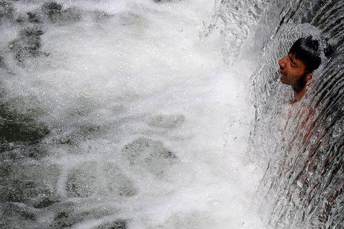 خنک شدن زیر آبشار – کشمیر