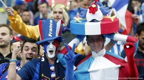 تیم ملی فوتبال فرانسه امیدوار است که با برخورداری از امتیاز میزبانی و پشتیبانی هواداران خود برای سومین بار قهرمان اروپا شود. خروسهای فرانسه در سالهای ۱۹۸۴ و ۲۰۰۰ قهرمان اروپا شده بودند.