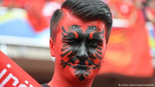 آلبانی از تیمهایی است که نخستین حضور خود در جام ملتهای اروپا را تجربه میکند. شمار زیادی از هواداران تیم ملی آلبانی نیز برای پشتیبانی از ملیپوشان کشورشان راهی فرانسه شدهاند.