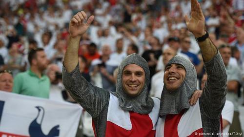 اگر چه انگلیس مهد فوتبال است، اما موفقیتهای بینالمللی تیم ملی فوتبال انگلیس انگشتشمار بودهاند. انگلیس تنها یک بار به قهرمانی جهان دست یافت. هواداران