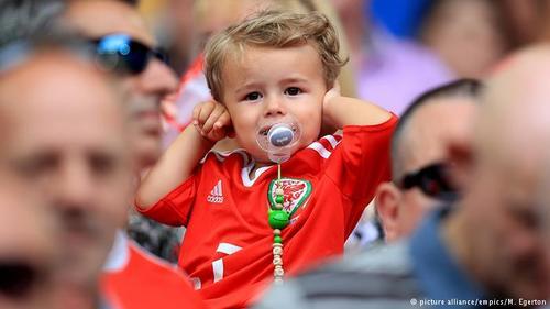 ولز نیز مانند آلبانی برای نخستین بار در مسابقات جام ملتهای اروپا حضور دارد؛ رویدادی که خود دلیلی برای جشن پرشور هواداران تیم ملی این کشور است. حضور یکی از هواداران پستانک به دهن تیم ملی ولز نشان میدهد که ظاهرا فوتبال هم از لحاظ سنی مرز نمیشناسد.