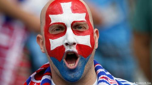 تصویری از یکی از هواداران تیم ملی فوتبال اسلواکی که خود را به رنگ پرچمهای این کشور آرایش کرده است.