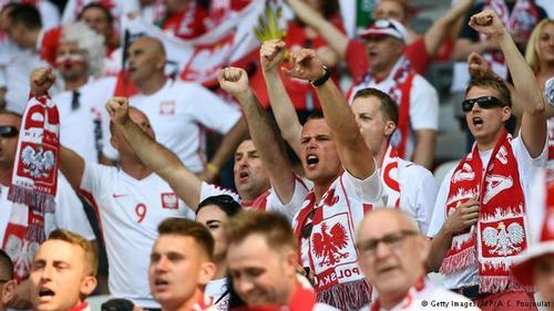 لهستان که در دوره گذشته به همراه اوکراین میزبانی مسابقات قهرمانی اروپا را برعهده داشت، در جام ۲۰۱۶ نیز حضور دارد و از هواداران آتشینی برخوردار است.