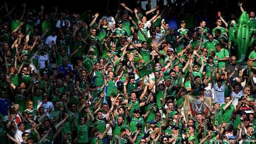 ایرلند شمالی هم این بار در جام ملتهای اروپا حضور دارد. هواداران ایرلند از حس و شور خاصی برخوردارند و با آوازهای بیوقفه از ملیپوشان کشورشان حمایت میکنند، حتی اگر آنان گلهای زیادی خورده باشند.