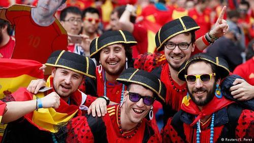 تیم ملی اسپانیا که در سالهای ۲۰۰۸ و ۲۰۱۲ قهرمان اروپا شده بود، در جام ملتهای اروپا ۲۰۱۶ مدافع عنوان قهرمانی است و اگر بتواند با پشتیبانی هواداران خود سومین بار پیاپی قهرمان اروپا شود، رکوردی به جای خواهد گذاشت که شکستن آن نسبتا دشوار است. تصویری از هواداران تیم ملی اسپانیا که خود را با لباس و کلاهماتادورها آرایش و زینت کردهاند.
