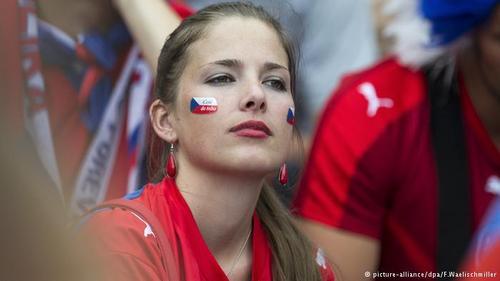 جمهوری چک در نخستین دیدار خود از اسپانیا، مدافع قهرمانی شکست خورد. پشتیبانی هواداران جمهوری چک از ملیپوشان این کشور نیز نتوانست مانع ناکامی مقابل اسپانیا شود.