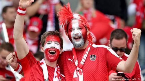کشور اتریش اگر چه با فرانسه هممرز نیست، اما عده زیادی از شهروندان اتریشی برای پشتیبانی از ملیپوشان کشورشان و دیدن بازیهای آنان راهی فرانسه شدهاند.