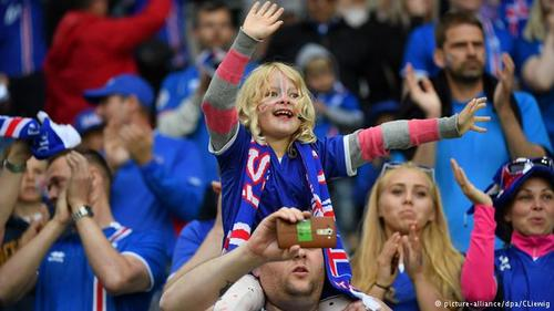 ایسلند نیز دیگر کشور اسکاندیناوی است که در جام ملتهای اروپا شرکت جسته است. شمار زیادی از شهروندان ایسلند برای پشتیبانی از ملیپوشان کشورشان راهی فرانسه شدهاند.
