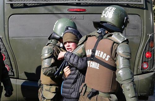 دستگیری دانشجویان در جریان تظاهرات ضد دولتی در شیلی