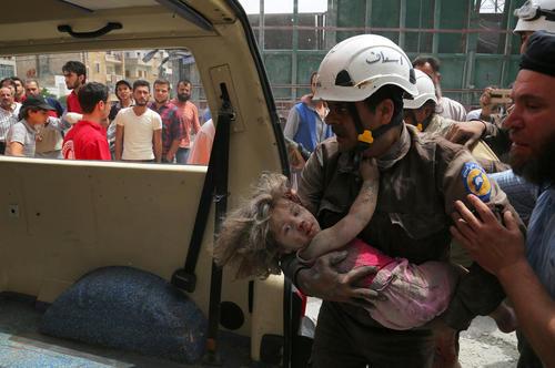 انتقال مجروحان یک حمله هوایی به شهر ادلب سوریه