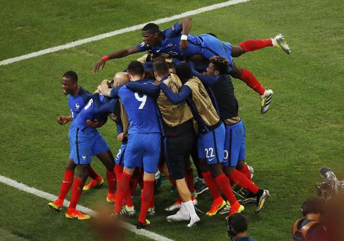 شادمانی بازیکنان تیم ملی فوتبال فرانسه پس از زدن نخستین گل به تیم آلبانی در چارچوب بازی های یورو 2016 . فرانسه آلبانی را 2 بر صفر شکست داد