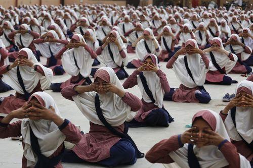تمرین یوگا از سوی دانش آموزان مسلمان هندی در آستانه روز جهانی یوگا در مدرسه ای در احمد آباد هند