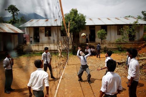 دورگا کامی دانش آموز 68 ساله دبیرستانی در نپال در حال بازی والیبال با همکلاسی هایش