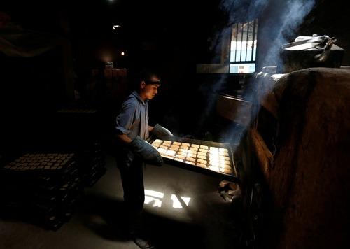 یک کارگاه تولید بیسکویت در کابل افغانستان