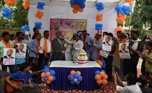 فعالان راست گرای هندی برای دونالد ترامپ نامزد جمهوریخواه انتخابات ریاست جمهوری آمریکا جشن تولد هفتاد سالگی گرفتند – دهلی نو