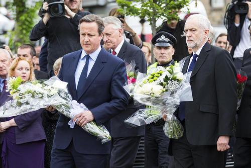 ادای احترام نخست وزیر انگلیس و رهبر حزب مخالف حکومت در محل ترور یک نماینده پارلمان این کشور – یورکشایر