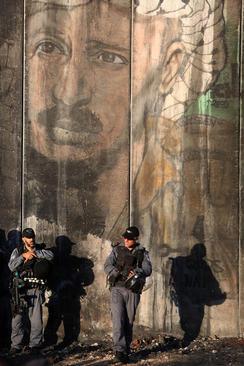 نیروهای اسراییلی در ایست بازرسی منطقه مرزی قلندیه در رام الله فلسطین