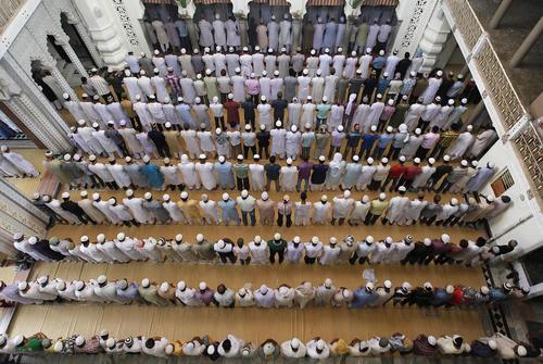 نماز جمعه در مسجدی در الله آباد هند