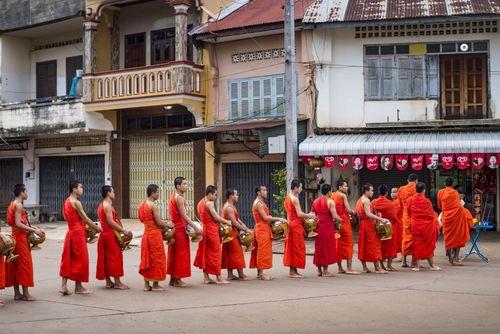 جمع آوری اعانه از سوی راهبان بودایی در لائوس